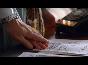 "Don pone su mano sobre la de Peggy en ""The Suitcase"""