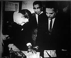 Guerrero, a la izquierda, inscribiendo al PCN (foto de EDH)